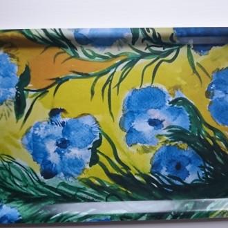 Bricka med Gröna blad och blå blommor 22 x 43 cm 230 SEK